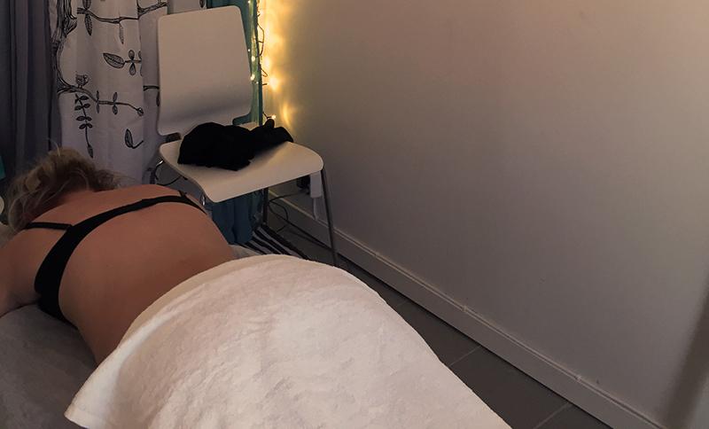 Wellnets testare Li får massage.